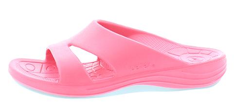 Aetrex dames Lynco Slides zijn speciaal ontwikkeld om je te voorzien van een goede steun en houding, daar waar een normale slipper ophoudt en aan te bevelen voor het verlichten van hielspoor klachten. De slides oftewel instap slippers zijn uitgerust met een ingebouwde anti-pronatie blok, dat ervoor zorgt dat je niet met de enkels naar binnen knikt, dat namelijk pijn kan veroorzaken in de enkels, knieën, heupen en onderrug. De Lynco Aetrex slippers zijn ook voorzien van een goede afwikkeling en een ingebouwde anatomisch gevormde voetbed, dit allemaal gemaakt van een hoogwaardige kwaliteit poro rubber-mix dat heerlijk zacht aan uw voeten zit wegens een maximale dempingsgevoel. Uiterst geschikt als badslipper, op de camping, op het strand of gewoon bij het doen van uw boodschappen. Geschikt voor de normale tot iets bredere voet, met een hakhoogte van 24 mm.