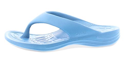 Aetrex dames Lynco teenslippers zijn speciaal ontwikkeld om je te voorzien van een goede steun en houding, daar waar een normale slipper ophoudt en aan te bevelen voor het verlichten van hielspoor klachten. De slippers zijn uitgerust met een ingebouwde anti-pronatie blok, dat ervoor zorgt dat je niet met de enkels naar binnen knikt, dat namelijk pijn kan veroorzaken in de enkels, knieën, heupen en onderrug. De Lynco Aetrex slippers zijn ook voorzien van een goede afwikkeling en een ingebouwde anatomisch gevormde voetbed, dit allemaal gemaakt van een hoogwaardige kwaliteit poro rubber-mix dat heerlijk zacht aan uw voeten zit wegens een maximale dempingsgevoel. Uiterst geschikt als badslipper, op de camping, op het strand of gewoon bij het doen van jouw boodschappen. Geschikt voor de normale tot iets bredere voet, met een hakhoogte van 24 mm.